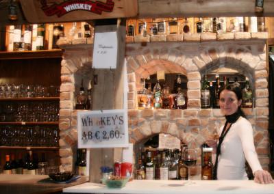 Andrea an der Whisky-Bar